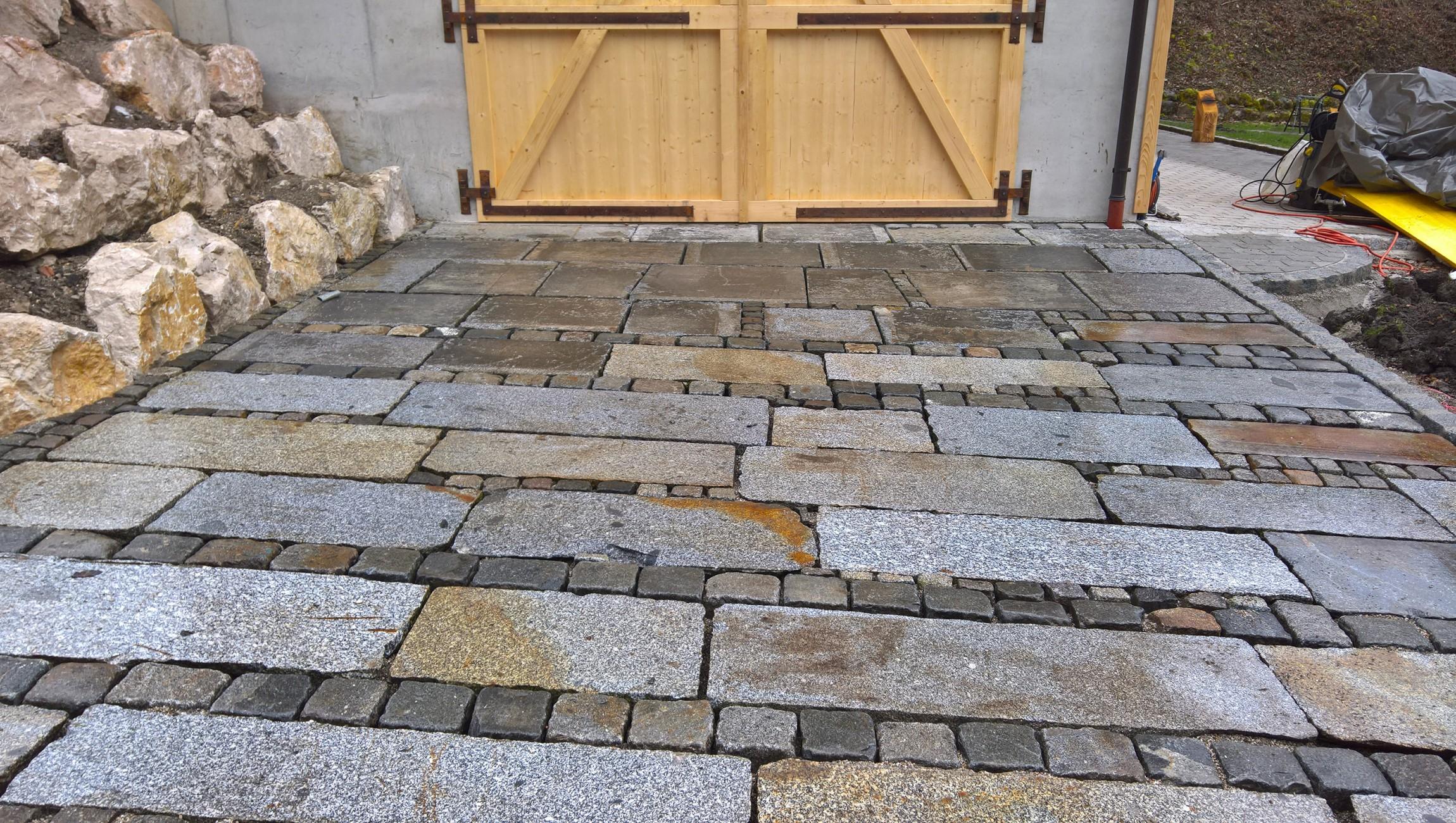 Granitpflaster mit Gredplatten, dazwischen Klein- und Großsteine